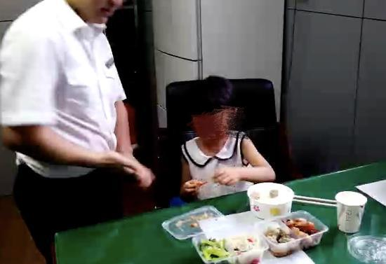 车站给小女孩准备了可口的晚餐。斯多林 摄