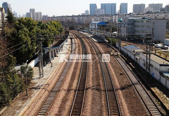 杭州铁路两侧也要美美的 在两侧倾倒垃圾等不被允许