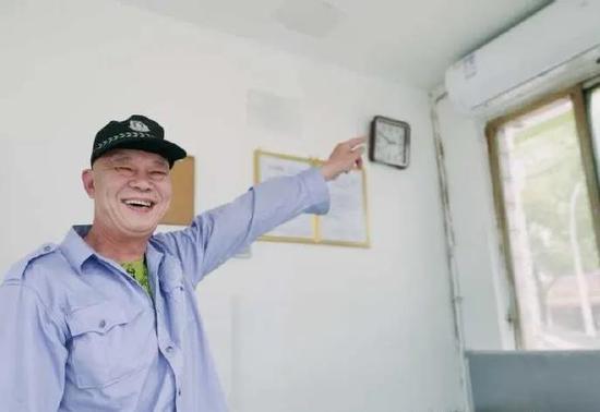 装上空调后,保安开心地笑了。 余姚宣传部供图