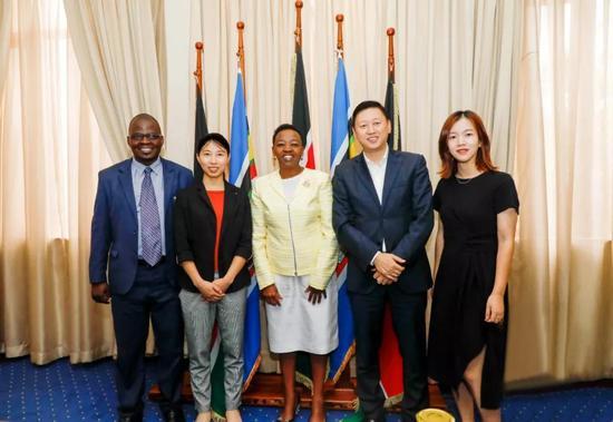 微笑明天考察團與肯尼亞副總統夫人合影留念