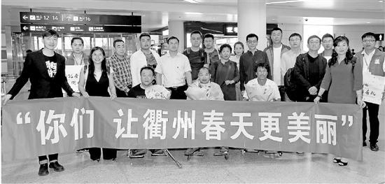 刘天林与工作人员在机场合影。