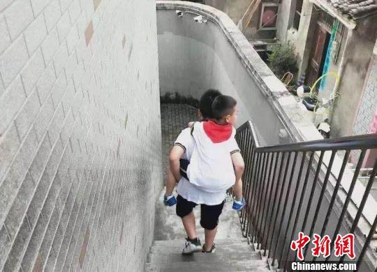 背行途中 饶靖宇 摄