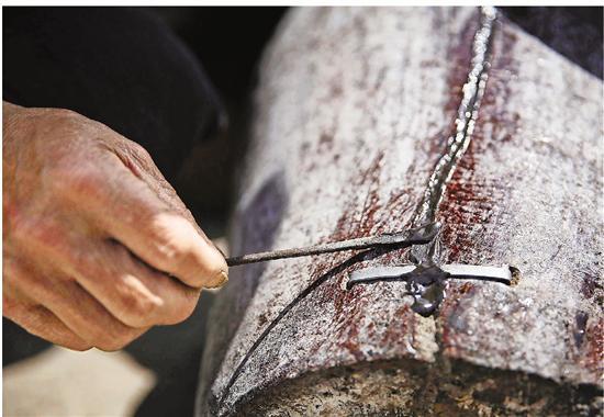 以前修补开裂酒坛用的材料是铁砂,现在改为了树脂。