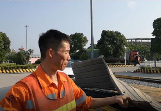 图为施救人员检查挡泥板 宁波高速交警供图