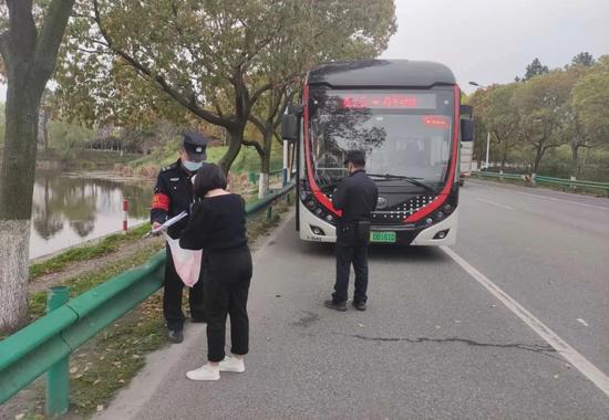 杭州一女子为了2块钱 涉嫌袭警被采取刑事强制措施