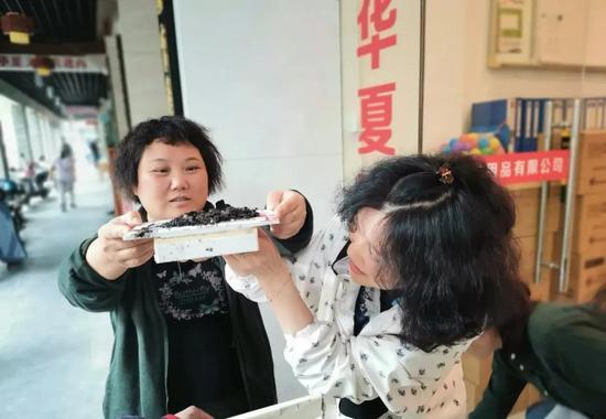 中山中路文具店来了一家燕子 几位老杭州帮忙搭燕窝