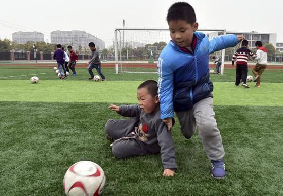 孩子在运动中的自我保护意识,本身就是一项重要的体育技能。 新华社 图