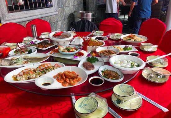 有些人还在庆国庆 杭州萧山部分人已开始吃年夜饭了