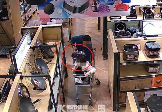 杭州临安一女子带着6岁儿子超市里偷锅 被监控拍下