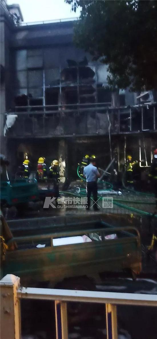 今天上午9点多,记者来到事发现场,远远望去,该快递点已被烧得破烂不堪。