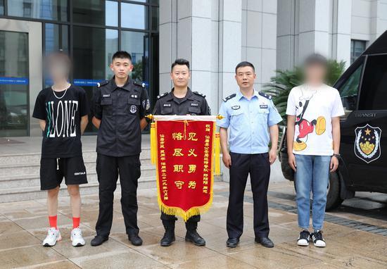 图为:两名溺水青年送锦旗感谢巡特警队员郑阳阳的救命之恩 仙居县公安局供图