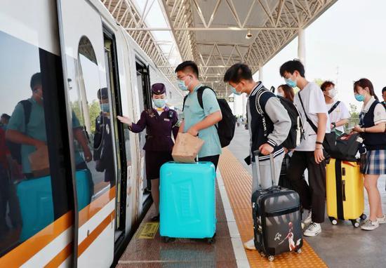 列车工作人员在引导旅客有序上车
