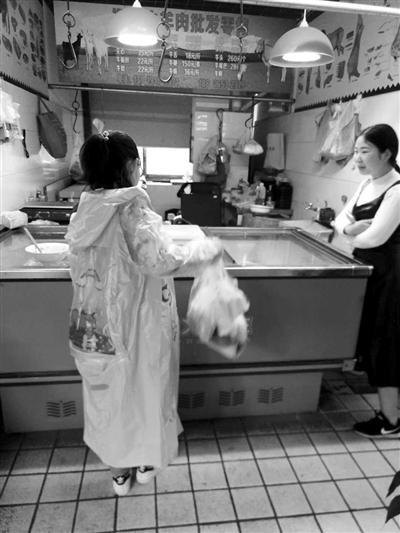 一个12岁女孩来帮二胎妈妈买牛肉,隔壁花店的小芮过来帮忙。