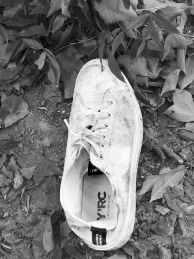 坠楼现场留下一只鞋,小侯哥哥说是他弟弟的。 记者 戴维 摄