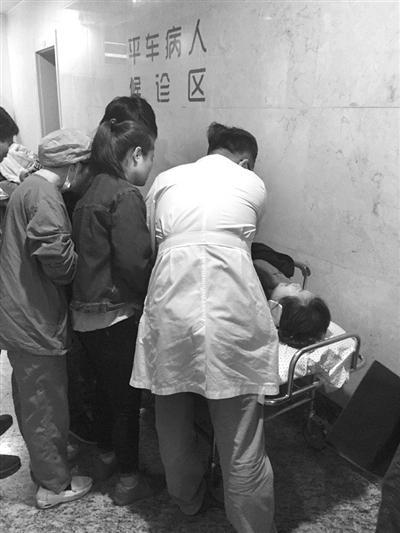 女孩送医后,在走廊里抢救。记者 董吕平 摄