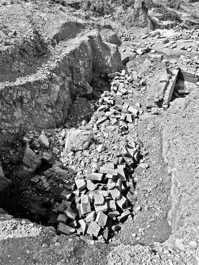 考古队撤离后,古汉墓遭到破坏。北京青年报 图