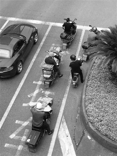 骑电动车戴头盔明显多起来