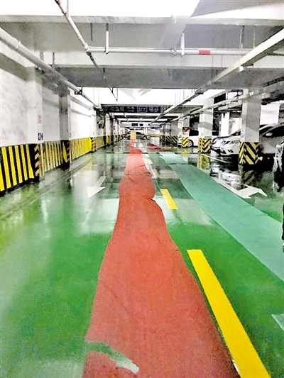 为了防滑,金川家园地下车库临时铺上了红地毯。