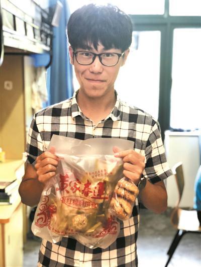 来自金华的刘同学拿出金华酥饼请我们品尝