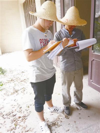 大学生(左一)入户做房屋确权信息登记。