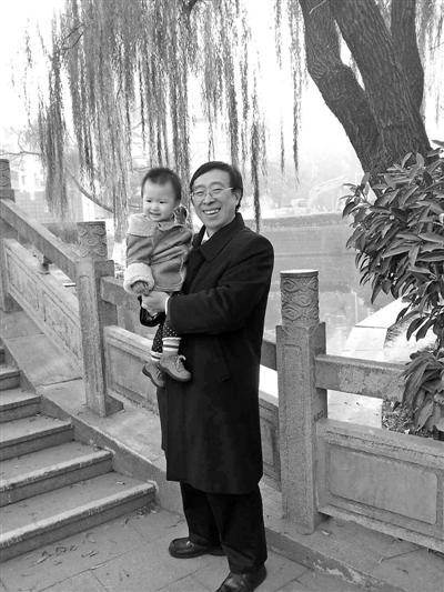 陈燮君抱着外孙女在月湖边。