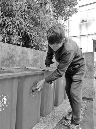 垃圾桶外围脏了,虞富良拿抹布仔细擦干净