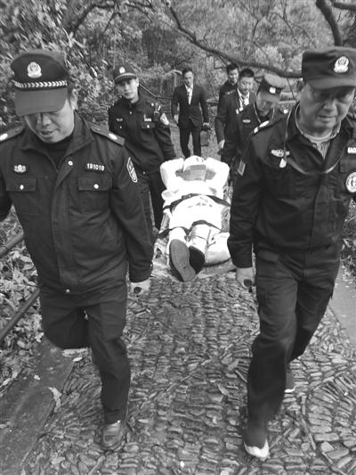 民警救助受伤的宋先生。