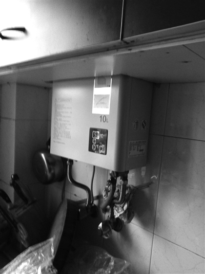 热水器一般不允许安装在橱柜中,在半密闭空间中使用会产生大量热值,容易引起火灾。