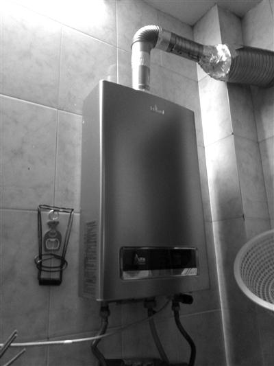 规范安装的燃气热水器,位于厨房,有排气管直通屋外.记者 朱琳 摄图片