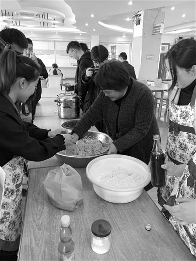 汤阿姨(右二)教同学们做粢毛肉圆 记者 胡信昌 摄
