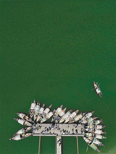 东梓关码头上停靠的渔船。 记者 李忠 摄