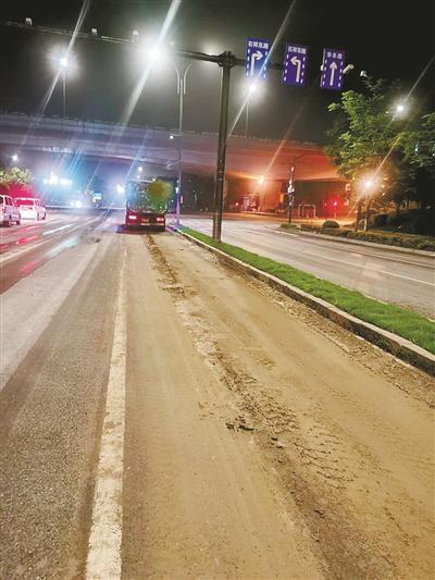 杭1渣土车司机深夜公路抛洒泥浆 天眼系统全程锁定