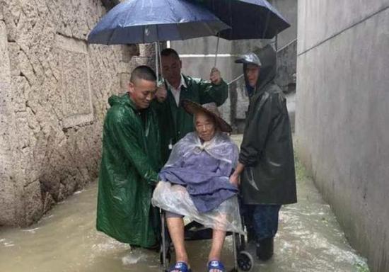 浙江永康全力抗击台风侵袭 一名干部转移群众时牺牲