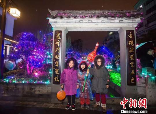 浙江黄岩举行72巷元宵花灯游园会 王敏智 摄