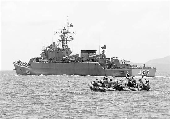 7月7日,在泰国普吉,救援人员在游船倾覆附近的海域进行搜救。 新华社发