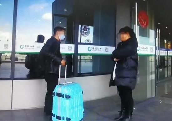 春节期间浙江一对情侣在火车站大吵 女子欲跳楼轻生