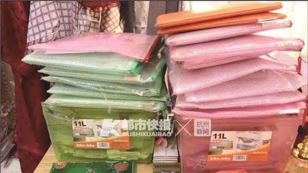 男女资料分别装在绿红文件袋中,满满两大框