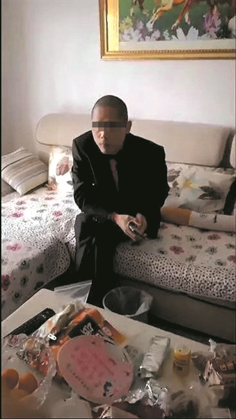 警方找到赵某时,他正坐在沙发上嗑瓜子。
