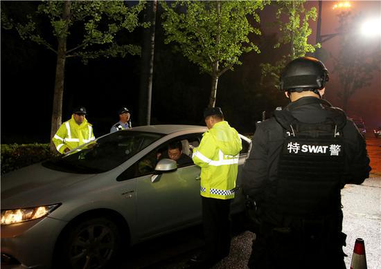 行动期间,杭州富阳警方正在执勤。张斌 摄