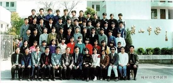 萧山中学1990届高中(2)班毕业生合影,来奕军位于三排左三。图片由杨祥兴老师提供