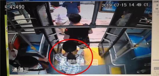 据路面监控显示,昨天下午2点左右,小卢上了公交车,到湘湖附近下的车。
