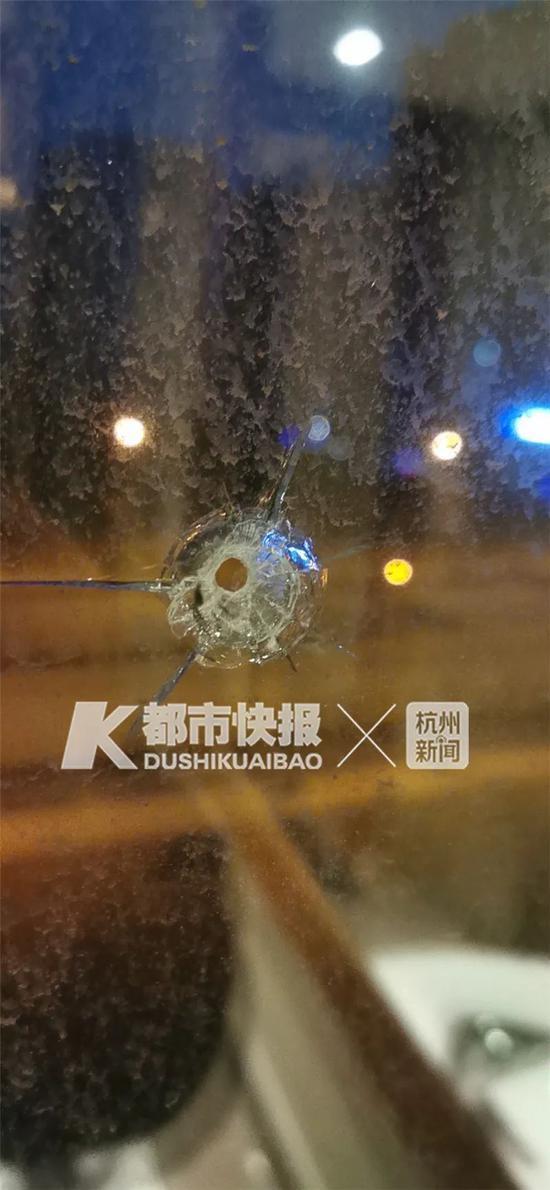 杭州转塘多个小区遭殃 住户家中玻璃疑被钢珠弹击穿