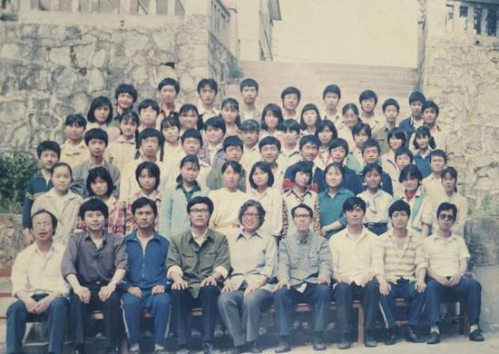 钱军(一排左四)和学生的合影
