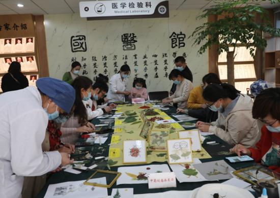 养生节期间 杭州余杭五院招募市民一起创作中药创意画