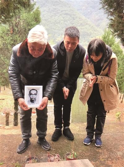 王茂富(左)、王秋香(右)带着父亲遗照祭拜母亲,中为王茂富儿子王文华