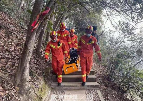 女驴友打卡绍兴网红山峰失足坠崖 最终抢救无效死亡