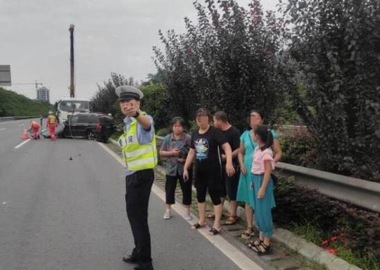 男子载着一家人回杭州 高速上打了个盹结果发生事故