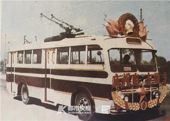 杭州电车正式开通运营60周年 成为杭州的象征性元素