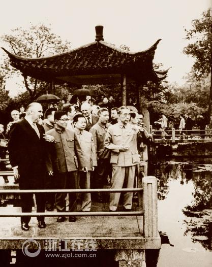 1973年9月,周恩来陪同法国总统蓬皮杜访问杭州。