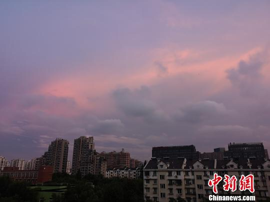 浙江杭州暴雨过后出现晚霞。张煜欢 摄